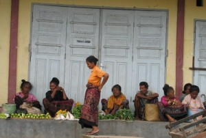 3. Women in Maumere market. (640x433)